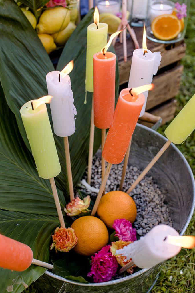 Bunte Fackeln als Dekoration von Dekoprofi Manuela Simek bei der Flamingo Party von Verena Pelikan im Garten vom Kochstudio SchlossStudio aufgestellt