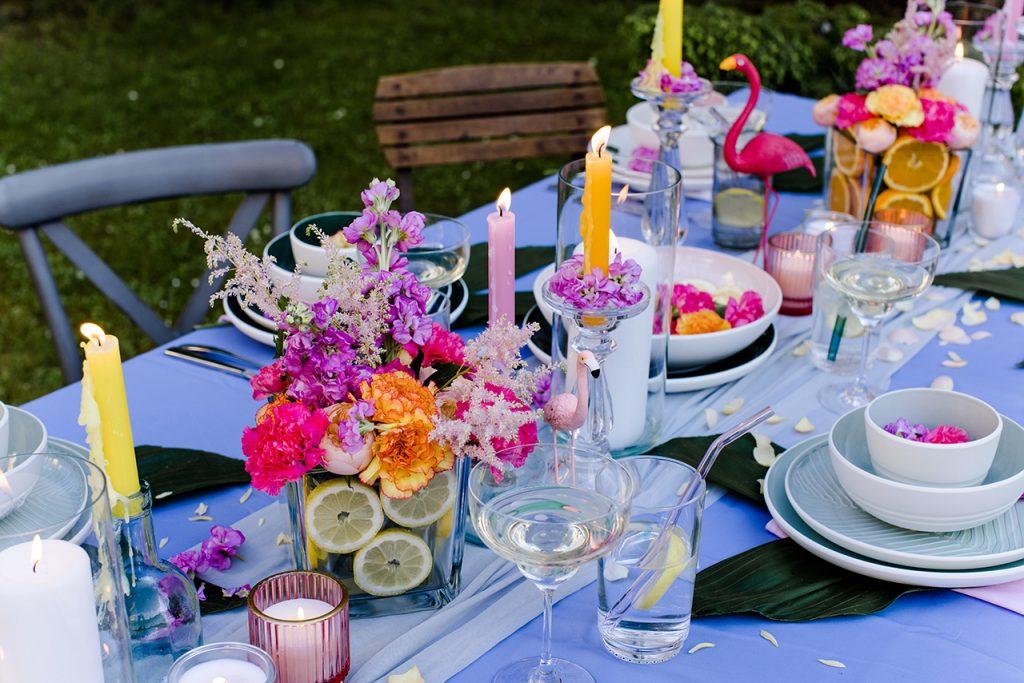 Bunte stimmungsvolle Dekoration von Dekoprofi Manuela Simek bei der Flamingo Party im Kochstudio SchlossStudio von Verena Pelikan im Weinviertel