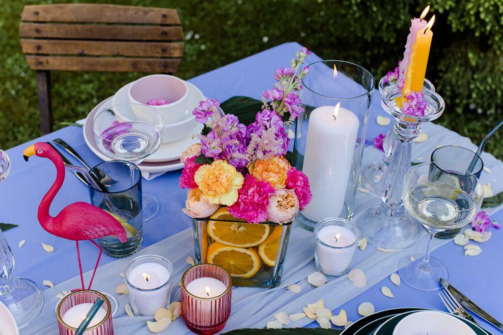 DIY Blumendeko mit Orangen bei der Flamingo Gartenparty von Verena Pelikan im Kochstudio SchlossStudio im Weinviertel