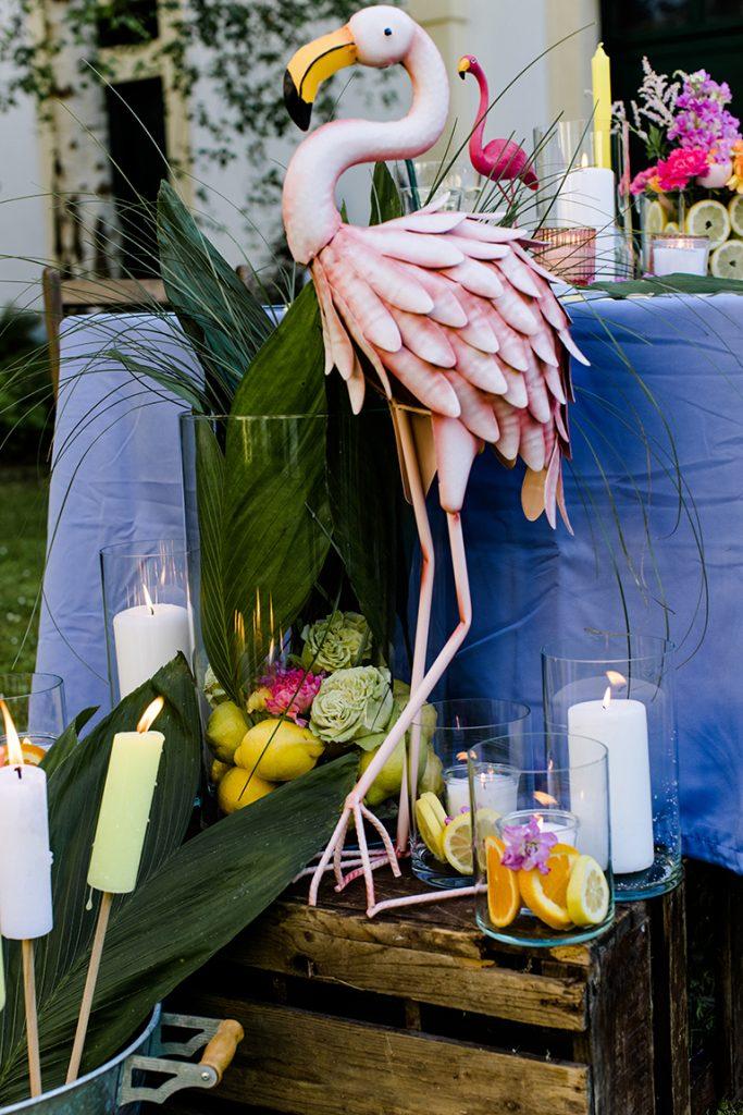 Flamingo aus Metall bei der sommerlichen Flamingo Grillparty von Verena Pelikan im Kochstudio SchlossStudio im Weinviertel