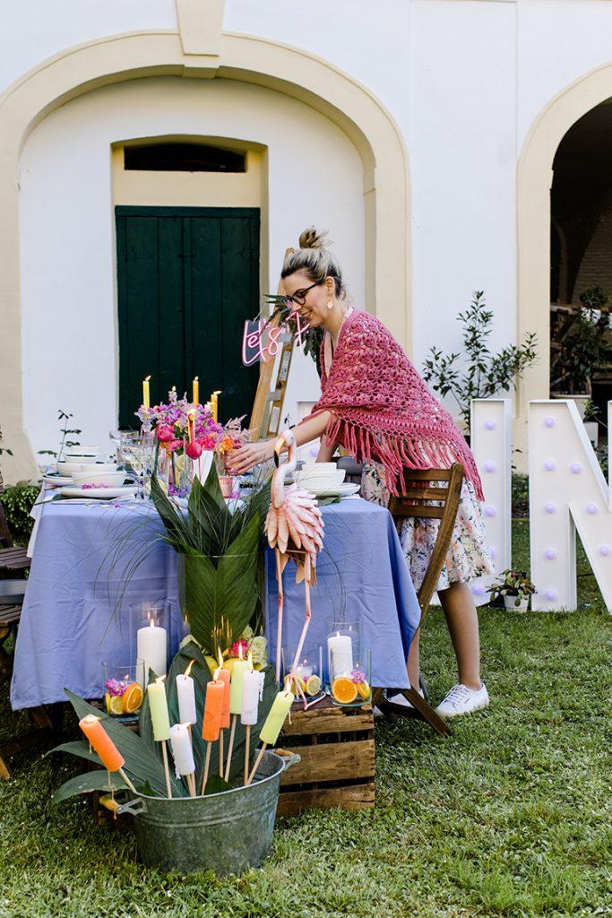 Gastgeberin Verena Pelikan beim Finalisieren der Dekoration fuer die Flamingo Party im Garten vom Kochstudio SchlossStudio
