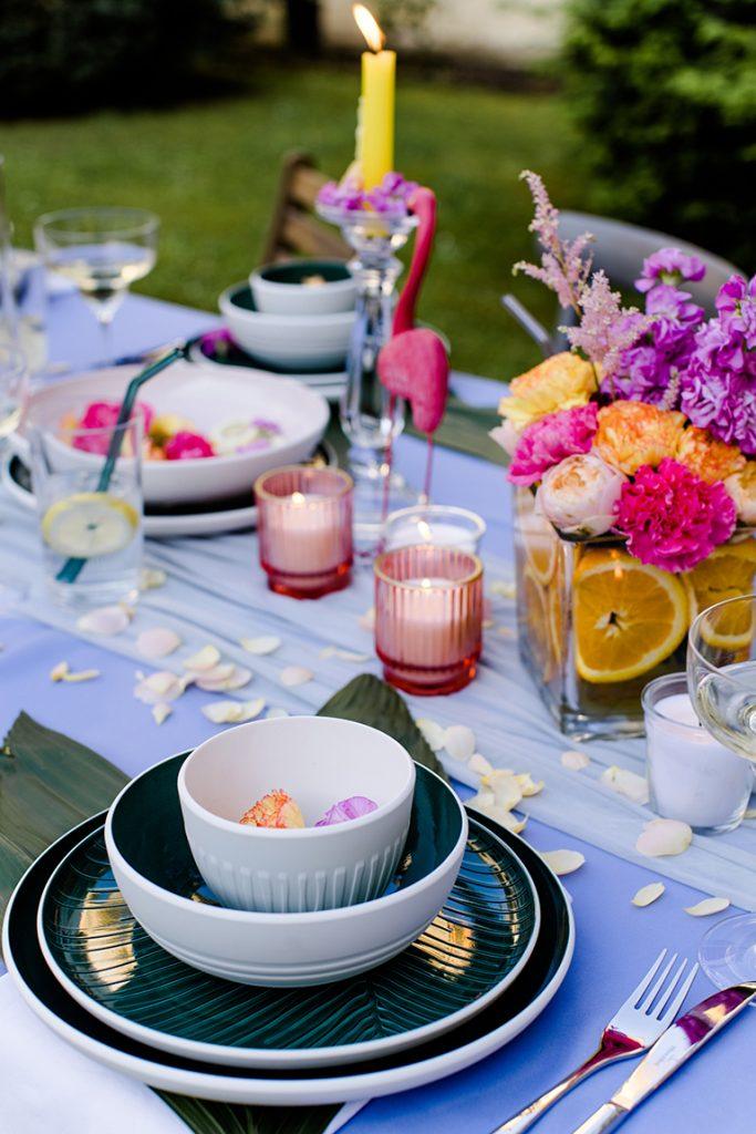 Farbenfrohes Geschirr der Its a match Collection von Villeroy Boch bei der Flamingo Gartenparty von Verena Pelikan im Kochstudio SchlossStudio im Weinviertel