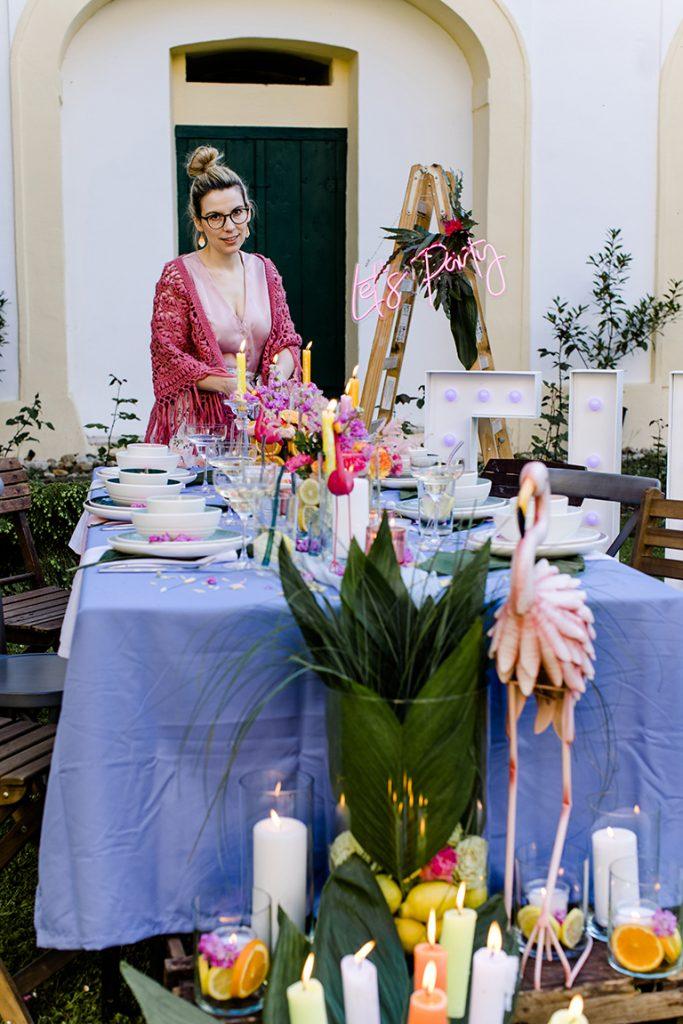 Verena Pelikan als Gastgeberin der Flamingo Party im Kochstudio SchlossStudio im Weinviertel