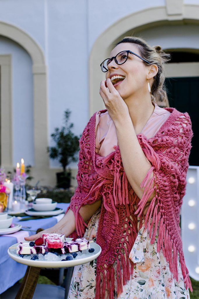 Verena Pelikan beim Naschen der Beerendeko bei ihrer Flamingo Gartenparty im Kochstudio SchlossStudio