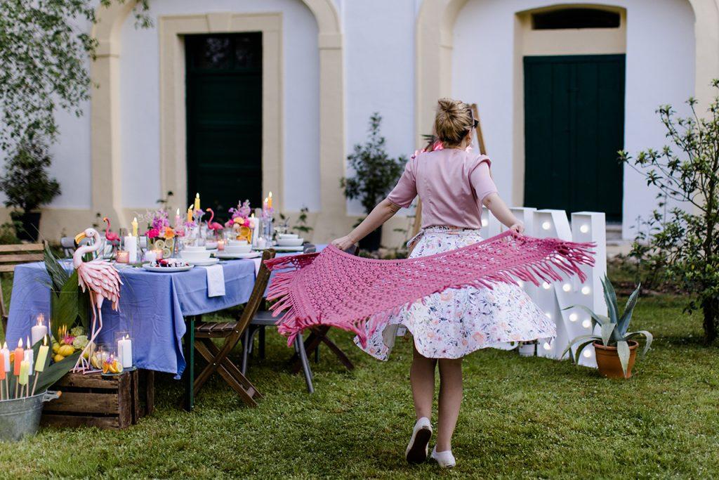 Gastgeberin Verena Pelikan beim Tanzen im Garten vom SchlossStudio bei ihrer Flamingo Party