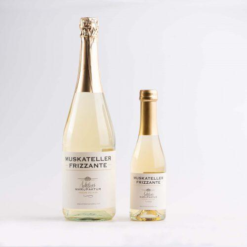 SchlossManufaktur Muskateller Frizzante erhaeltlich in der 750ml Flasche und in der 200ml Flasche